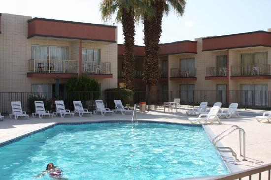Royal Plaza Inn: Pool