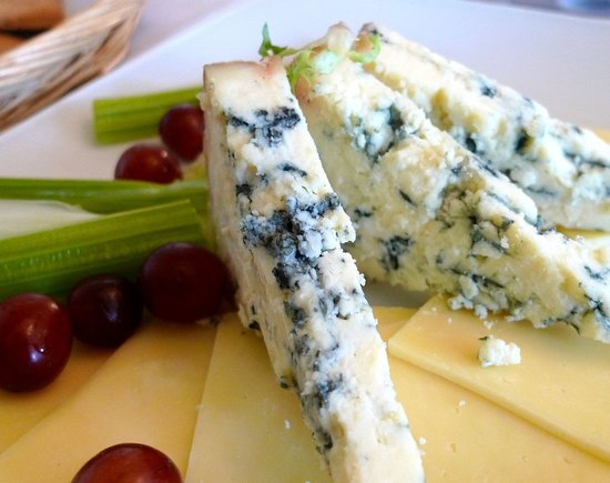 Moonwaters Restaurant: Assorted cheese with grapes and celery stick