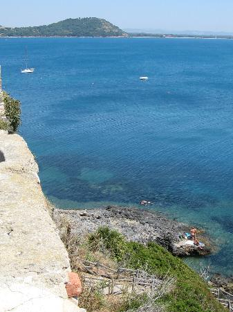 Talamone, Italia: Sunbathe on the rocky shore