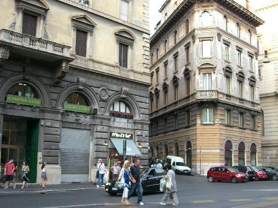 Residenza Ki Rome : Cross Street leading up to hotel