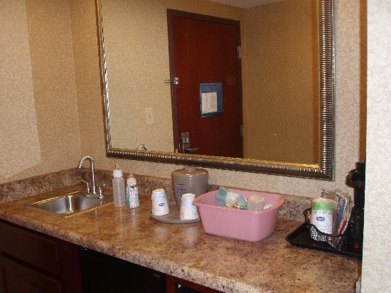 Hampton Inn & Suites Toledo-Perrysburg: the kitchenette