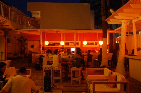 The Beach House Hotel: Bar at nighttime
