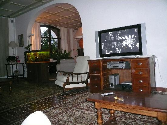 Les Arbousiers : un salon avec plein de fauteuil blanc