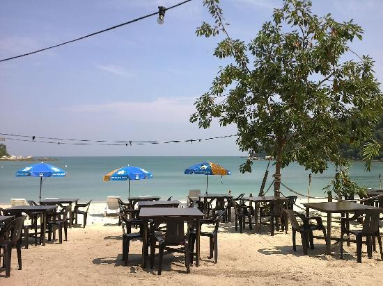 Anjungan Beach Resort: Island One cafe by the beach