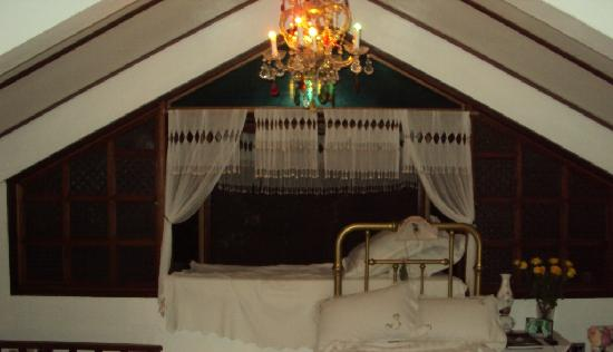 Alfonso, Philippines: A window side bed, one of the 3 beds in the room (in my opinion this is the best  one).
