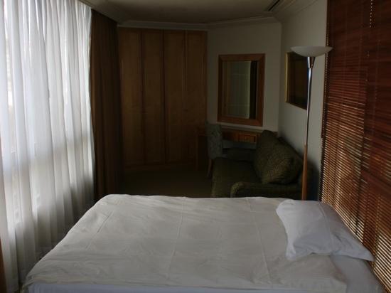 Lanson Place Winsland: 次卧,床头打开门是一个晒台