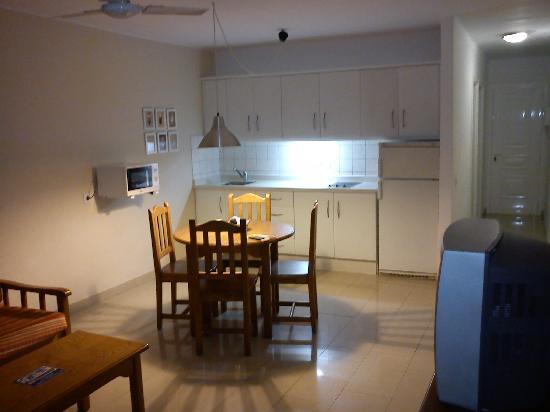 Apartments Parque Tropical : Espacioso salón cocina