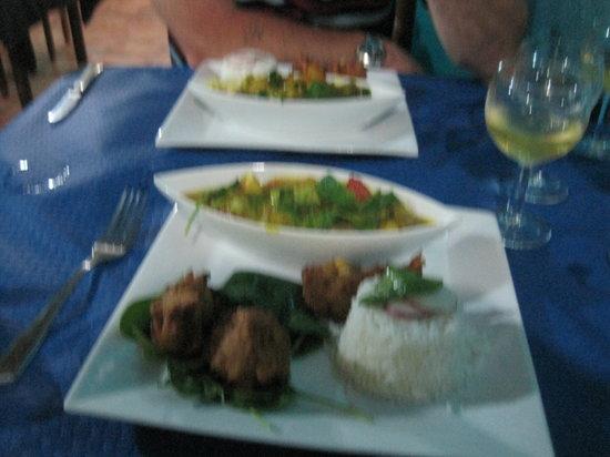 Restaurante Vegetariano : Thai veggie curry with corn dumplings and rice.