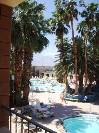 Desert Hot Springs Spa Hotel: One bedroom apartment on first floor, with balcony and views to the pool area.