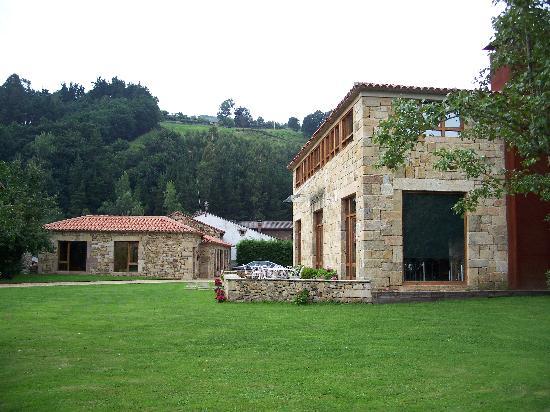 Silio, สเปน: Casuca al fondo; Posada a la derecha