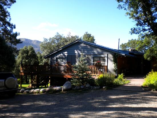 Country Sunshine Bed and Breakfast : The inn and the mountains