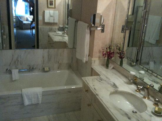 The Sherry-Netherland Hotel: Ensuite bathroom