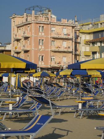 Viserba, Italie : foto dell'Hotel Aurora dalla spiaggia