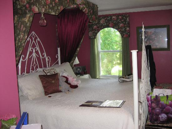 A Wicher Garden Bed & Breakfast: Rose Room