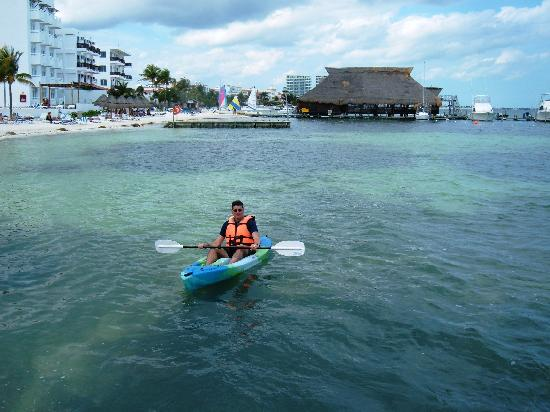 Holiday Inn Cancun Arenas : Using the resort's sea kayaks