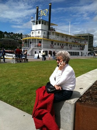 Queen of Seattle Paddle Wheel Cruises : Waiting at the dock to board