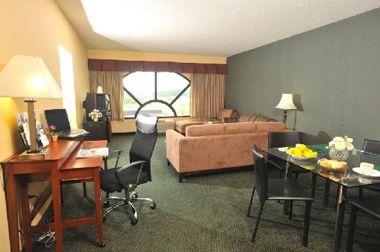 Holiday Inn Express Hotel & Suites West Chester: Presidential Suite