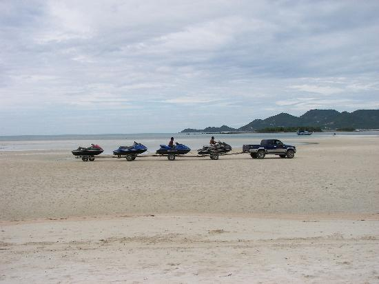 Chaba Cabana Beach Resort: Water taxis being brought onto the beach every morning.