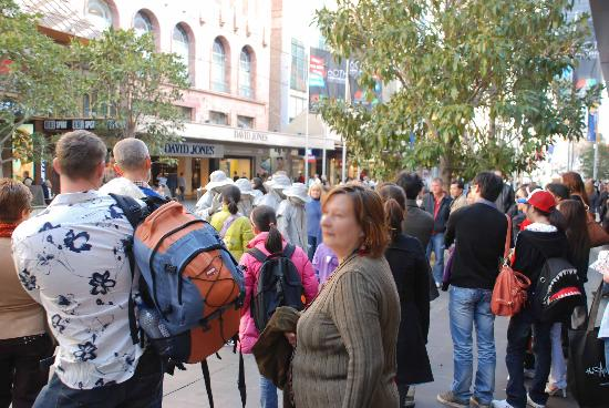 Melbourne Central: Crowd around some street performers