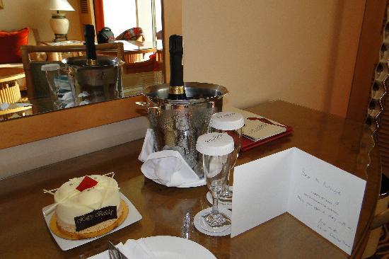 โรงแรมจูไมราห์บีช: Happy B-day greetings from Guest Services