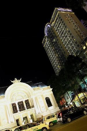 โรงแรมคาราเวล: Vista nocturna desde fuera: la opera y el hotel!