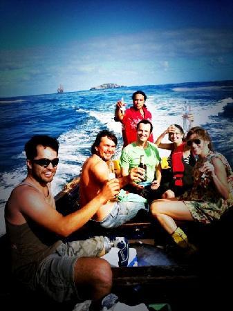 explora Rapa Nui - All Inclusive : Pescando en el océano con piedra, pan molido y pollo crudo