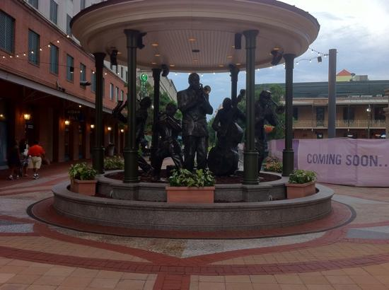 Harrah's New Orleans: Statue outside the hotel