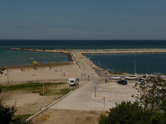 New Safari Motel: Black Sea swimming and boating area in front of New Safari.