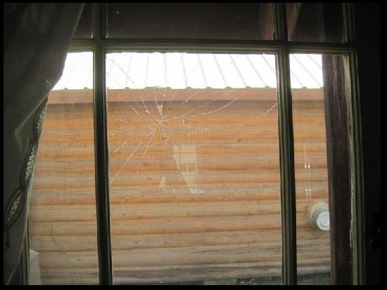 Mack's Inn Resort: broken cabin window