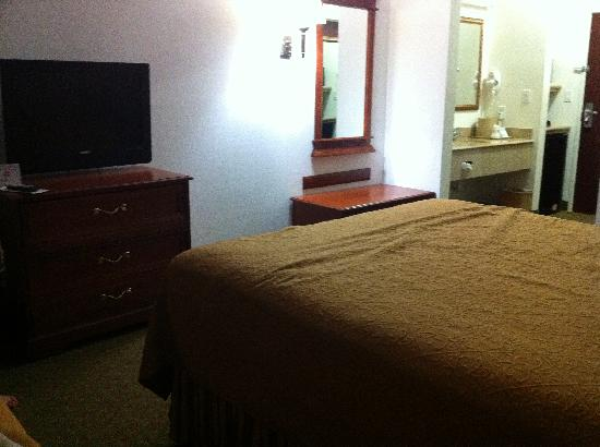 Budget Host Inn & Suites Cameron: Room TV view