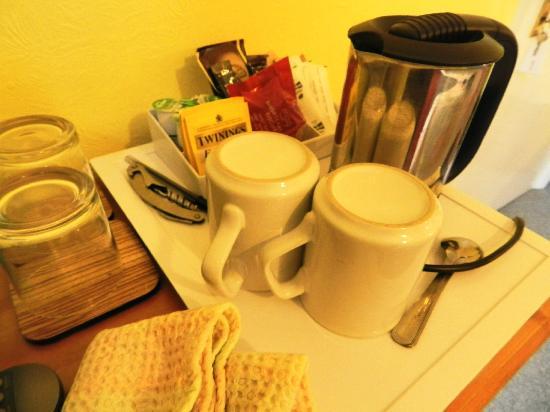Ashleigh House: coffee & tea for room