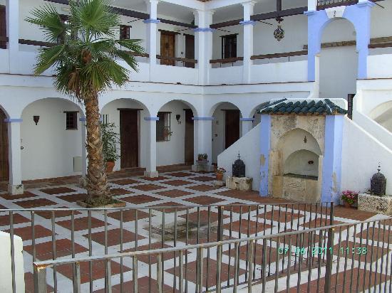 هاسيندا مينيرفا: Innenhof mit Zugang zu den Zimmern
