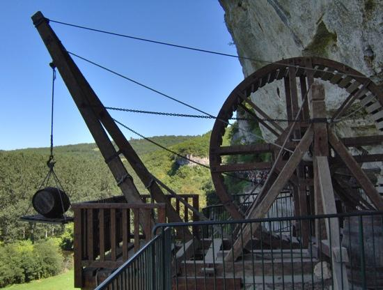 Roque Saint-Christophe : The big Medieval winch used for lifting objects tothe cliff dwelling