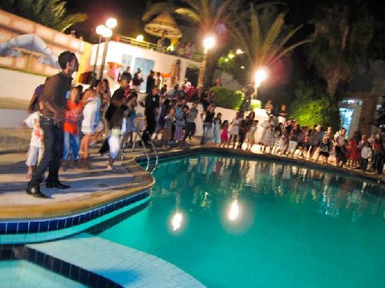 Agador Tamlelt : Danse au bord de la piscine