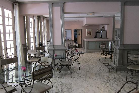 Hotel Villa Victoria: Indoor breakfast area but open all day