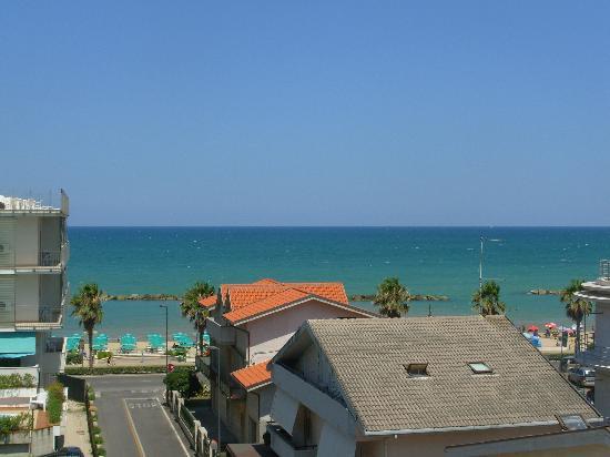 Hotel Sole : Vue de notre balcon sur plage