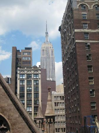Heritage Hotel New York City: Empire State Building right outside our room!