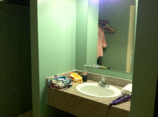 Rio Inn and Suites: Small vanity next to spacious closet area