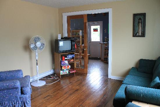 Cabot Trail Hostel: The living room, with access to board games!