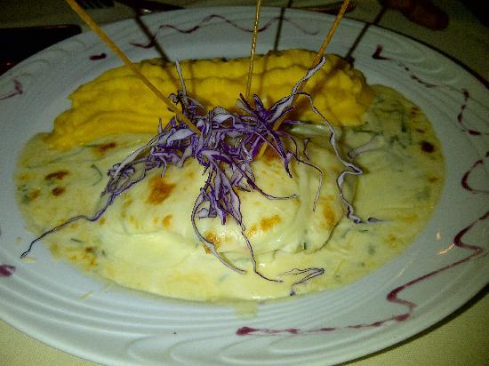 Restaurante Peruano Entre Piscos: Salmón con queso gratinado