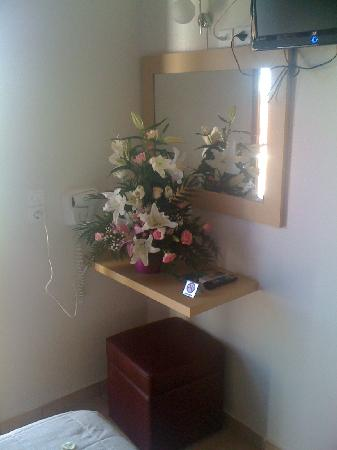 Antonia Hotel Santorini: Flowers waiting for us..