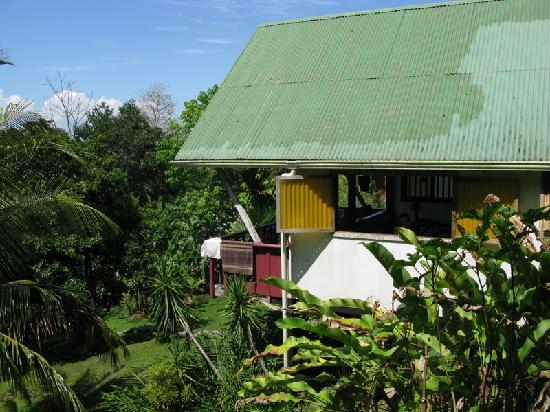 Mira Olas Pavones Cabins: Hillside view of kitchen