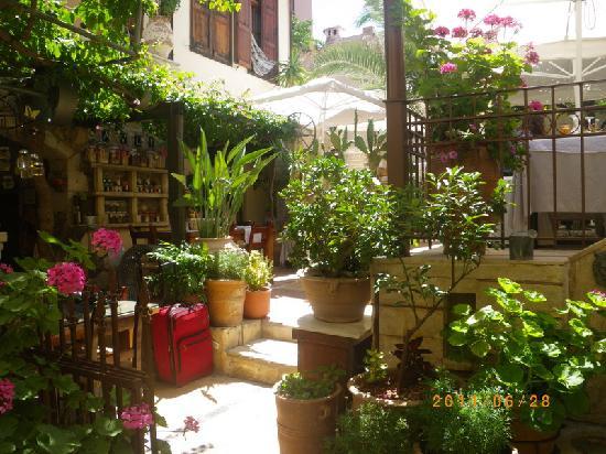 Crete-Rethymnon: Avli Lounge Apartments-garden restaurant