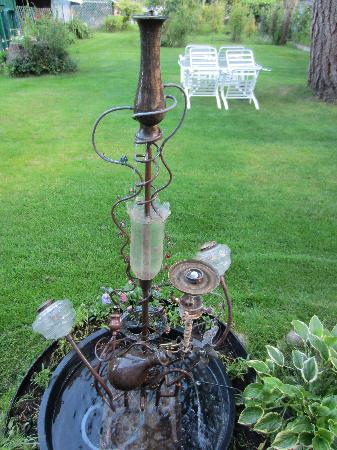 Belle Vue Bed and Breakfast: Interesting Water Fountain Outside - Local Artist Made it!