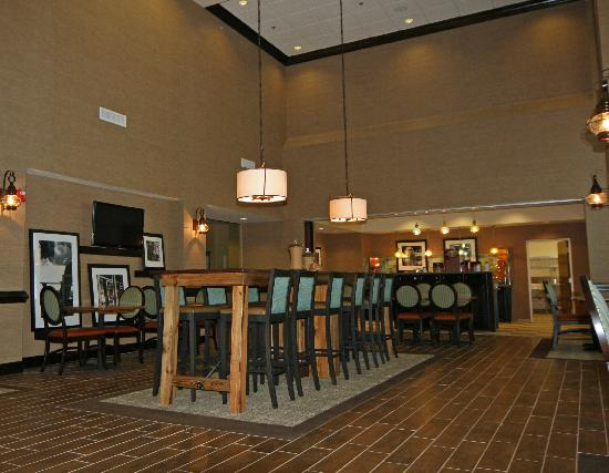 Hampton Inn & Suites Swansboro / near Camp Lejeune at Bear Creek Gate: Wonderful Lobby Area with Community Table