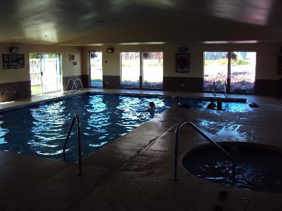 La Quinta Inn & Suites Wenatchee: The indoor pool is open 24 hours.