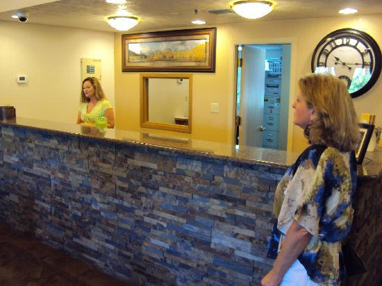 La Quinta Inn & Suites Wenatchee: Reception at LaQuinta in Wenatchee.