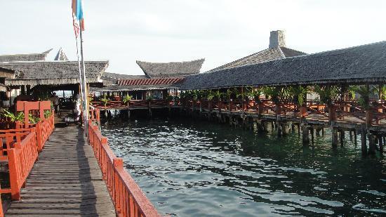 Dragon Inn Resort: Dragon Inn Floating Resort.