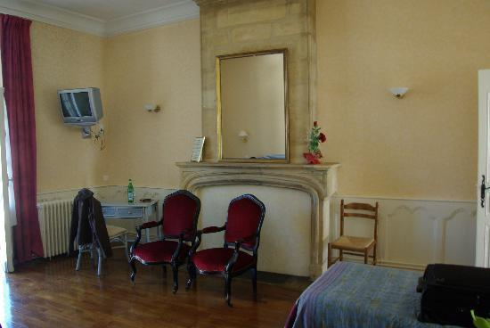 Les Chambres du Glacier : Clean but sparsely decorated room