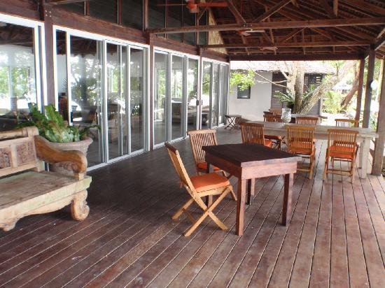 Barrier Beach Resort: Chill out with a drink in the Main Deck